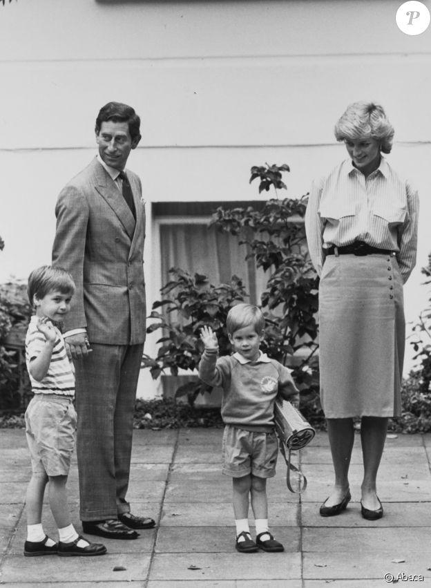 Le prince Charles, Diana et le prince William lors de la rentrée en maternelle du prince Harry, à Londres, en 1987.