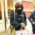 Bella Hadid se couvre le visage à l'aide d'une écharpe à la sortie de son domicile à New York. Le 12 mars 2020.