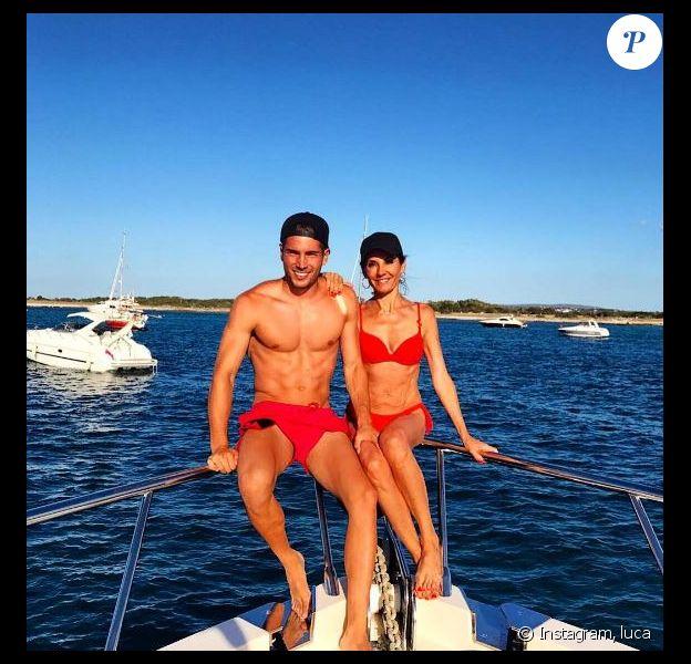 Véronique Zidane, sublime en bikini rouge, pose avec son fils Luca lors de vacances à Ibiza le 1er juillet 2017.