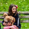 Suri Cruise, une attelle a la cheville, joue avec ses chiens dans un parc a New York, le 23 juin 2018.
