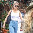 Liam Hemsworth est allé déjeuner avec sa compagne Gabriella Brooks, son frère Luke Hemsworth et sa femme Samantha Hemswort et des amis dans le quartier de West Hollywood à Los Angeles, le 27 février 2020