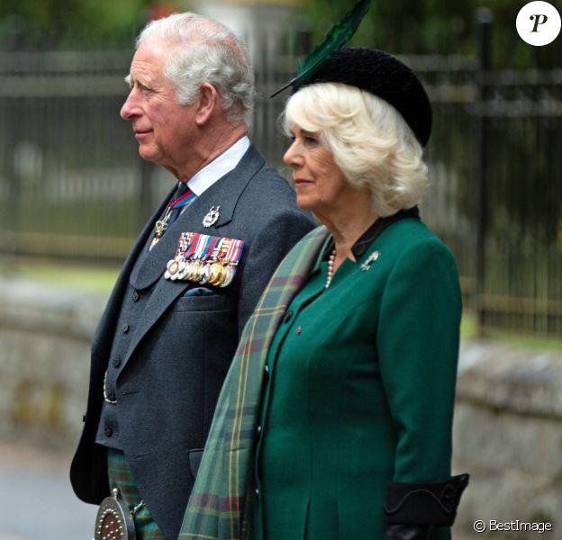 Le prince Charles, prince de Galles, et Camilla Parker Bowles, duchesse de Cornouailles, ont observé le 8 mai 2020 deux minutes de silence devant le mémorial de Balmoral dans le cadre de la commémoration du 75e anniversaire de la victoire du 8 mai 1945.