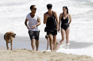 La belle Charlize Theron les pieds dans l'eau... avec son chéri et son Woofy !