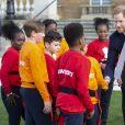 Le prince Harry rencontre des jeunes joueurs de rugby dans les jardins du palais de Buckhingam à Londres le 16 janvier 2020.