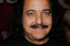 """Ron Jeremy inculpé pour viols : """"Au moins 50 victimes"""" ? Une actrice dénonce"""