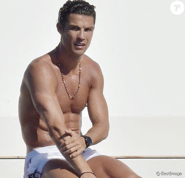Cristiano Ronaldo et sa compagne Georgina Rodriguez profitent d'une journée sur un yacht avec des amis lors de leurs vacances à Portofino, le 28 juin 2020.