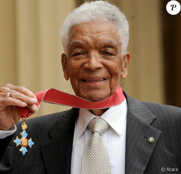 Earl Cameron, fait en mai 2009 commandeur dans l'ordre de l'empire britannique par le prince Charles, à Londres. L'acteur anglais est mort en juillet 2020 à 102 ans après avoir marqué l'histoire du cinéma britannique, l'un des premiers acteurs noirs à avoir tenu des rôles principaux.