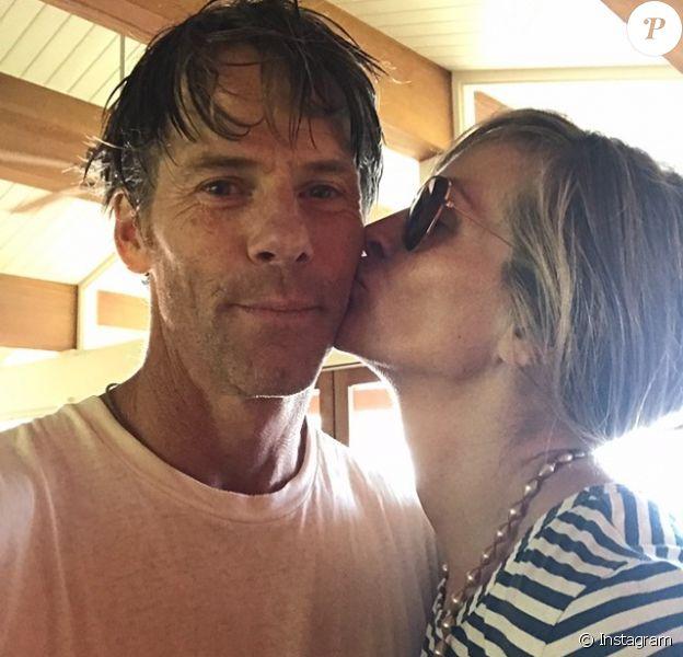 Julia Roberts embrassant sur la joue son mari Danny Moder pour célébrer leur 18e anniversaire de mariage, photo Instagram du 4 juillet 2020.