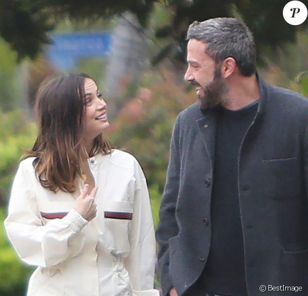 Ben Affleck et sa compagne Ana de Armas promènent leurs chiens à Los Angeles, le dimanche de Pâques, 12 avril 2020.