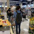 Exclusif - L'actrice Lara Flynn Boyle fait le plein de vodka, d'eau et de jus d'orange dans un supermarché de Los Angeles le 23 juin 2020.