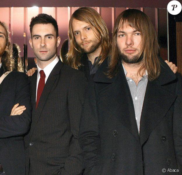 Matt Flynn, Jesse Carmichael, Adam Levine, James Valentine et Mickey Madden : Maroon 5 en 2007 lors de la présentation à Londres de l'album Playback.