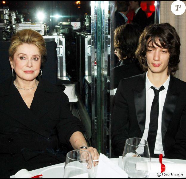 Catherine Deneuve et son petit-fils, Igor Divetain-Vadim - Soirée Sidaction au Pavillon d'Armenonville à Paris. Le 25 janvier 2006.
