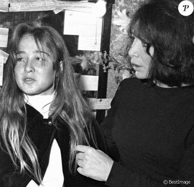 Juliette Gréco dans sa loge à Bobino après un concert, avec sa fille Laurence et Anne Cordelia (fille de Michel Piccoli).