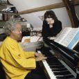 Juliette Greco et son mari Gérard Jouannest au piano, dans leur maison de l'Oise en octobre 1990.