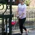 Exclusif - Vogue Williams profite du temps clément pour faire une sortie avec son fils Theodore et le chien à Londres le 27 mai 2020.