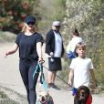 Exclusif - Reese Witherspoon et son fils Tennessee promènent leurs chiens dans le quartier de Brentwood à Los Angeles, le 23 février 2020