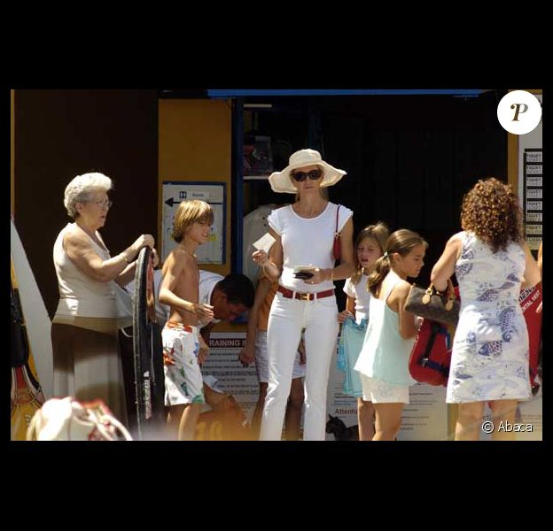 Miranda Rijnsburger, la girlfriend de Julio Iglesias, est à Marbella en compagnie de ses 5 enfants