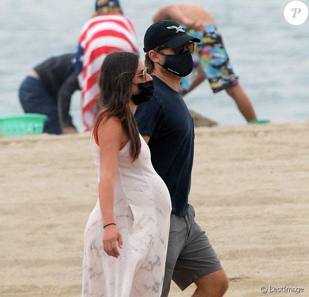 Exclusif - Lea Michele enceinte passe la journée avec son mari Zandy Reich et sa mère Edith sur la plage à Santa Monica, Los Angeles, le 4 août 2020. The ImageDirect / Bestimage