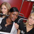 Les finalistes françaises du concours Elite Model Look en visite au Trocadéro, à Paris, le 16 septembre 2009.
