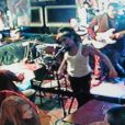 Amy Winehouse donne un concert improvisé dans un club de Londres, puis sort en pleine bousculade...
