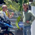 Exclusif - Brad Pitt sort devant son domicile pour voir la nouvelle moto du musicien Flea à Malibu le 24 mai 2020.