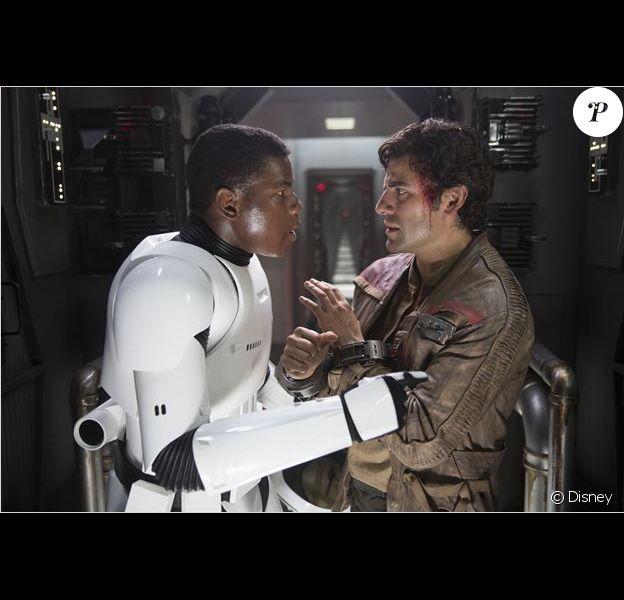 John Boyega joue un stormtrooper déserteur face à Oscar Isaac dans Star Wars - Le Réveil de la Force.