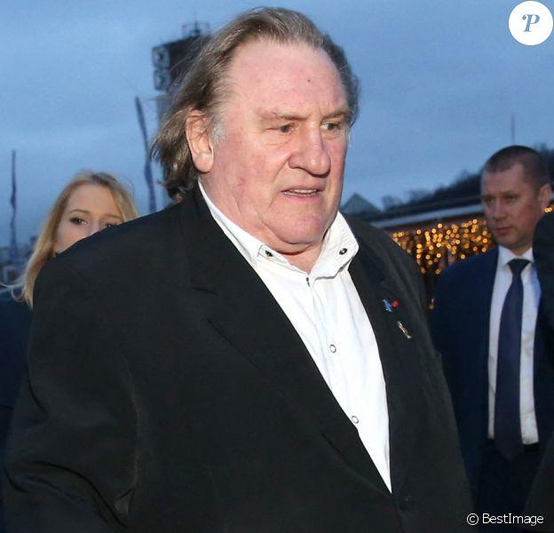 """L'acteur français Gérard Depardieu déguste des vins dans le restaurant """"Lastochka"""" à Moscou en Russie."""