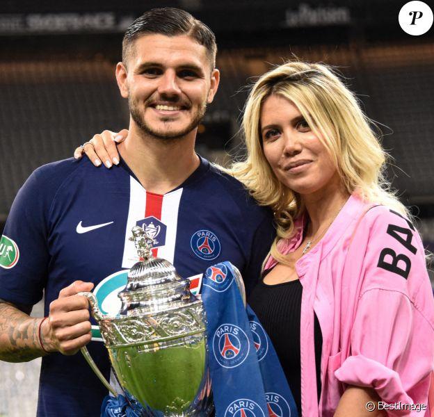 Mauro Icardi et sa femme Wanda Nara - Le Paris Saint Germain remporte la Coupe de France face à l'AS Saint Etienne au Stade de France à Saint-Denis. © Federico Pestellini/Panoramic/Bestimage