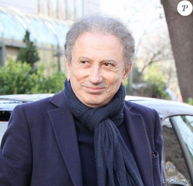 """Michel Drucker - Arrivées des people à l'enregistrement de l'émission """"Vivement dimanche """" à Paris, 2020."""