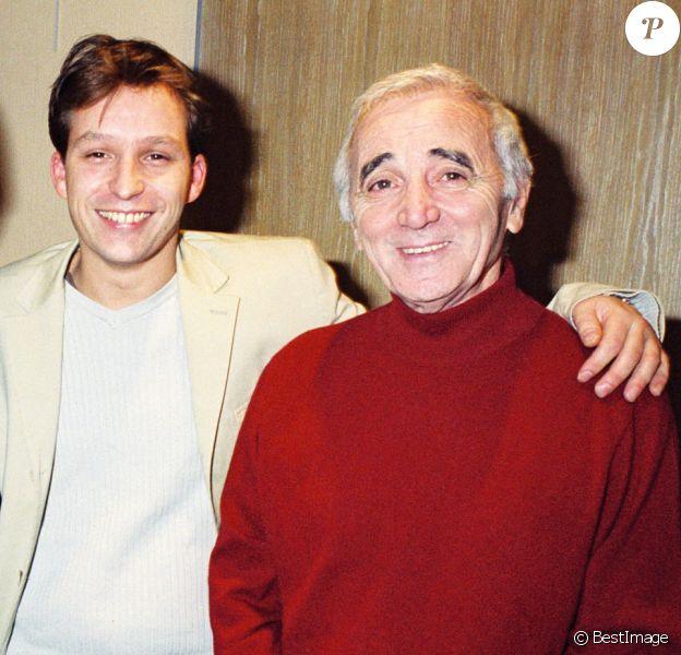 Archives- Charles Aznavour dans les loges avec son fils Mischa - Dernier concert de Charles Aznavour au Palais des Congrès à Paris.