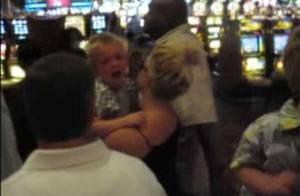Britney Spears célèbre la fin de sa tournée avec son chéri et achète... pour 3000 dollars de bonbons à ses bambins ! Regardez !