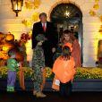 Le président américain Donald Trump et la première dame Melania Trump accueillent les enfants déguisés pour Halloween lors de la soirée devant la Maison Blanche, le 25 octobre 2020.