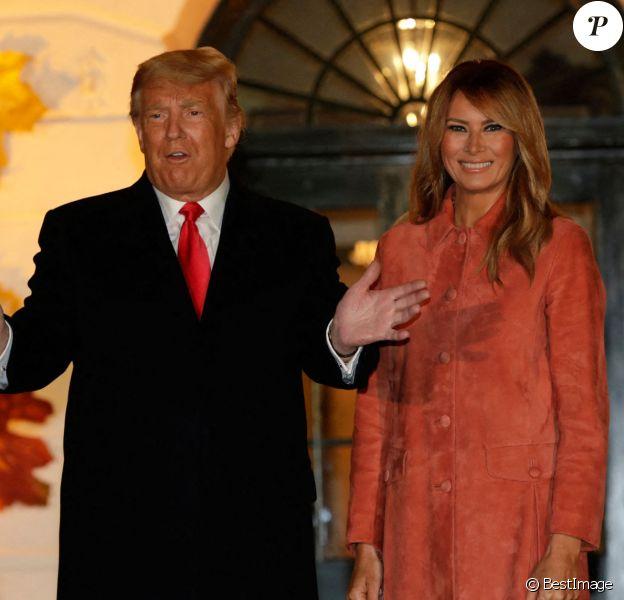 Le président américain Donald Trump et la première dame Melania Trump accueillent les enfants déguisés pour Halloween lors de la soirée devant la Maison Blanche