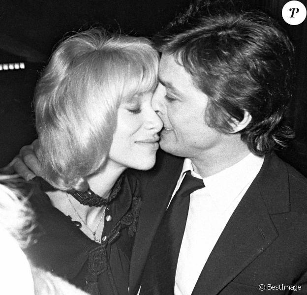 """Alain Delon et Mireille Darc lors de la première du film """"Doucement les basses""""."""