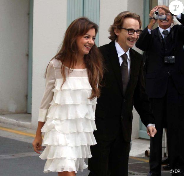 Lorànt Deutsch et sa femme Marie-Julie Baup lors de leur mariage le 3 octobre 2009 en la petite mairie de Loie sur l'Ile de Ré.