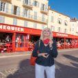 Exclusif - Amanda Lear est de retour à Saint-Tropez et pose chez Sénéquier avec un masque le 26 juin 2020. © Patrick Carpentier/Bestimage