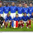 Bixente Lizarazu (accroupi au milieu) avec l'équipe de France en octobre 2003.
