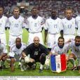 Bixente Lizarazu (accroupi, à droite, tenant le fanion) avec l'équipe de France en août 2003.