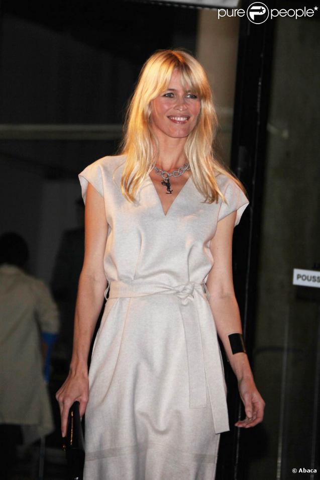 Claudia Schiffer lors du défilé de la collection printemps/été 2010 prêt-à-porter d'Yves Saint Laurent, à l'occasion de la Fashion Week parisienne, au Palais de Tokyo, le 5 octobre !