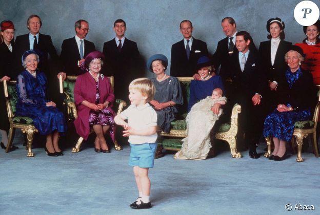 Baptême du prince Harry le 21 décembre 1984 à Windsor. Lady Celia Vestey, marraine, est à droite de l'image, en noir et blanc.