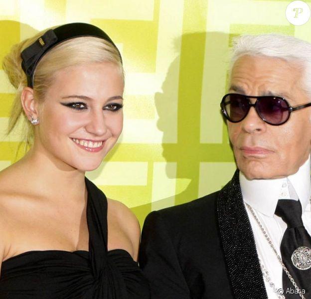Pixie Lott et Karl Lagerfeld, à l'occasion de la soirée Fendi 'O' Party, qui s'est tenue au VIP Room Theatre lors de la Fashion Week parisienne, le 6 octobre 2009 !