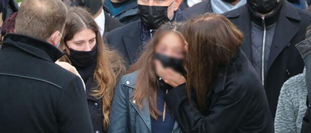 Christophe Dominici : Sa veuve Loretta et leurs filles effondrées, soutenues à la sortie de l'église