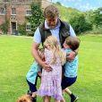 Guy Ritchie et ses enfants en juin 2020.