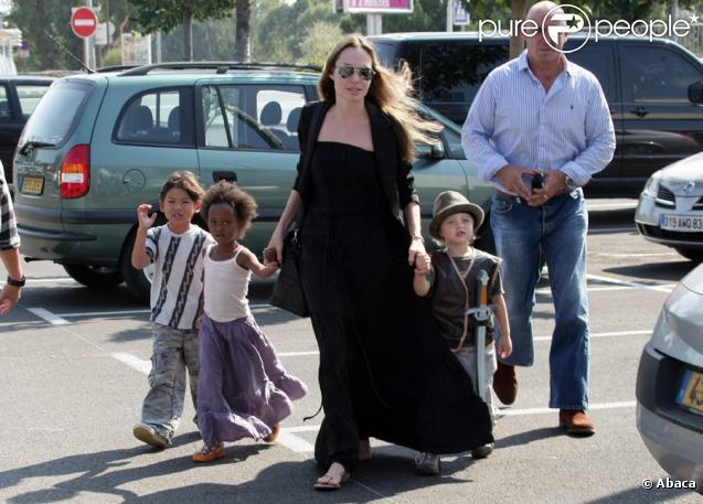 Angelina Jolie et ses enfants Pax, Zahara et Shiloh au Toys'r'us de Toulon en France : une famille aux anges !