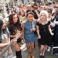 """Le groupe """"Little Mix"""" fait la promotion de son nouveau single en distribuant des glaces sur Covent Garden Piazza à Londres. Le 6 mai 2013."""