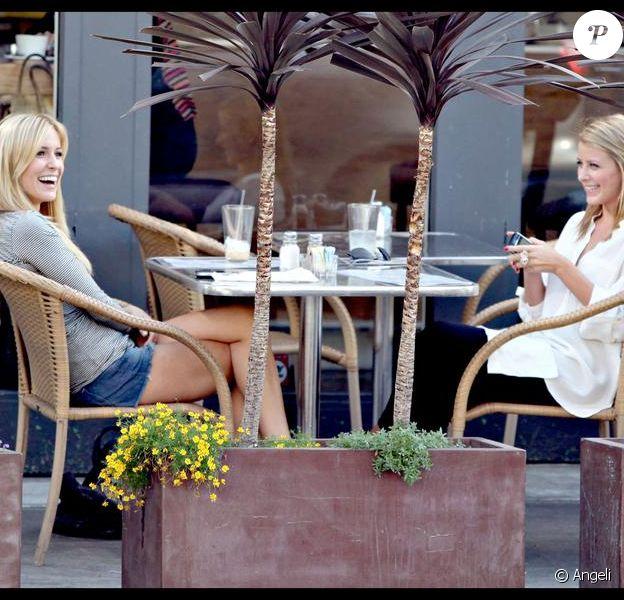 Kristin Cavallari et Lo Bosworth déjeunent au restaurant Dish the Dirt à Los Angeles le 8 octobre 2009 durant le tournage de The Hills