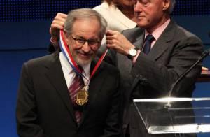Steven Spielberg récompensé par Bill Clinton... devant un parterre de stars !