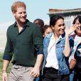 """Le prince Harry, duc de Sussex, et Meghan Markle, duchesse de Sussex rencontrent les membres de """"Waves for Change"""" un organisme de bienfaisance qui travaille avec les surfeurs locaux sur la plage de Monwabisi au Cap lors de leur 2ème journée en Afrique du Sud."""