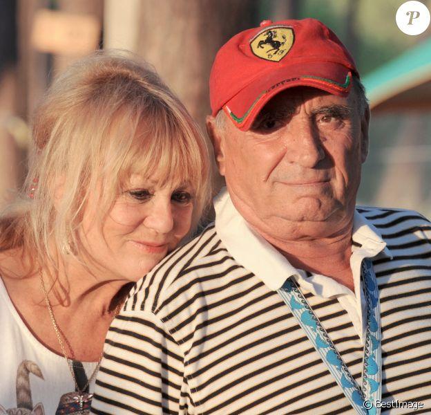 """Mylène Demongeot et Claude Brasseur sur le tournage de """"Camping 2"""" à Arcachon."""