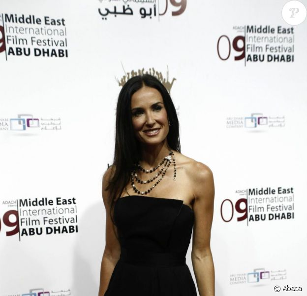 Demi Moore est venue sans son mari Ashton Kutcher à la cérémonie du 3e Festival international du film du Moyen-Orient. Une célibataire radieuse !
